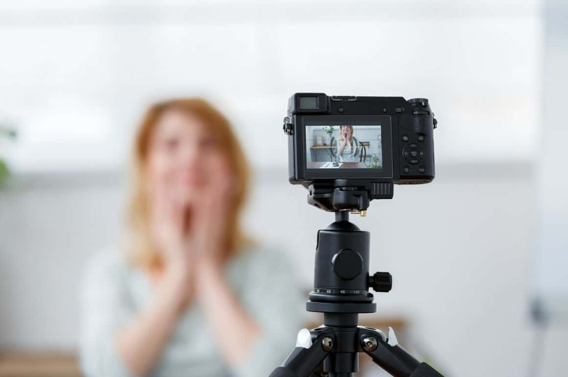 What camera does Bratayley use